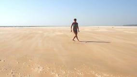 Glückliche junge Frau, die auf Strand springt stock video footage