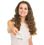 Glückliche junge Frau, die Dollar gibt Lizenzfreie Stockfotografie