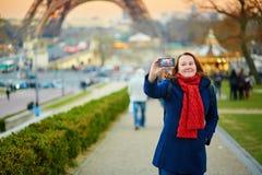 Glückliche junge Frau, die ein selfie in Paris nimmt Lizenzfreies Stockbild