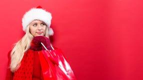 Glückliche junge Frau, die eine Einkaufstasche anhält Stockfotos