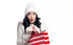 Glückliche junge Frau, die eine Einkaufstasche anhält Stockfoto