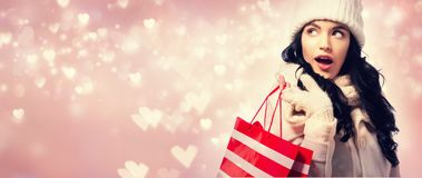 Glückliche junge Frau, die eine Einkaufstasche anhält Lizenzfreies Stockbild