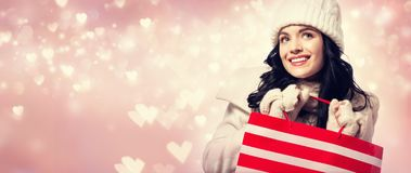 Glückliche junge Frau, die eine Einkaufstasche anhält Stockbilder