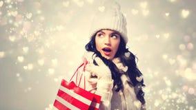 Glückliche junge Frau, die eine Einkaufstasche anhält Lizenzfreie Stockfotografie