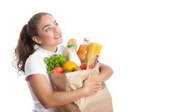 Glückliche junge Frau, die eine Einkaufstasche trägt Lizenzfreies Stockbild