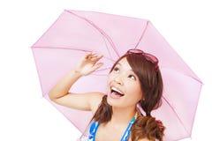 Glückliche junge Frau, die einen Regenschirm hält Stockbild