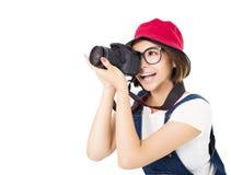 Glückliche junge Frau, die Foto auf Kamera macht stockfoto
