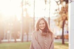 Glückliche junge Frau, die ihre Zeit genießt lizenzfreie stockfotos