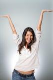 Glückliche junge Frau, die ihrem Erfolg zujubelt lizenzfreies stockbild