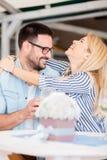 Glückliche junge Frau, die ihren Freund umarmt, nachdem sein Heiratantrag angenommen worden ist lizenzfreie stockfotografie