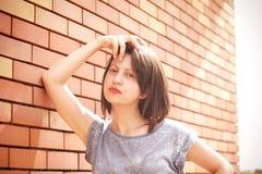 Glückliche junge Frau, die Kamera betrachtet Lizenzfreie Stockfotos