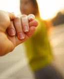 Glückliche junge Frau, die Kerl ` s hand- auf a Hand in Hand gehen zieht Lizenzfreie Stockfotografie