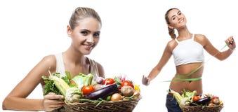 Glückliche junge Frau, die Korb mit Gemüse hält. Konzept vegetar Lizenzfreies Stockfoto