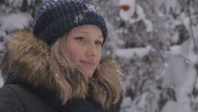 Glückliche junge Frau, die mit Schnee spielt stock footage