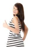 Glückliche junge Frau, die O.K. gestikuliert. Stockfotografie