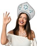Glückliche junge Frau, die okayzeichen mit den Fingern zeigt stockbild