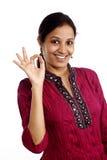 Glückliche junge Frau, die OKAYzeichen zeigt Stockfotos