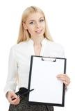 Glückliche junge Frau, die sauberen Vorstand zeigt Lizenzfreie Stockbilder