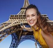 Glückliche junge Frau, die selfie mit Telefon in Paris, Frankreich nimmt Lizenzfreie Stockbilder