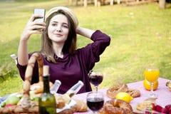 Glückliche junge Frau, die selfie Porträt am Picknick nimmt stockfotos