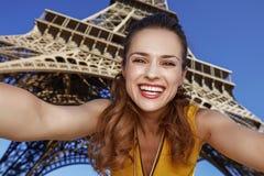Glückliche junge Frau, die selfie während in Paris, Frankreich nimmt Stockfotografie
