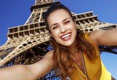 Glückliche junge Frau, die selfie während in Paris, Frankreich nimmt Lizenzfreie Stockbilder