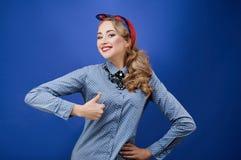 Glückliche junge Frau, die sich Daumen zeigt Stockfotos