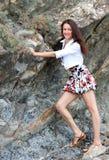 Glückliche junge Frau, die Sommerferien genießt Lizenzfreies Stockfoto