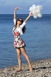 Glückliche junge Frau, die Sommerferien genießt Stockfotos