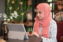 Glückliche junge Frau, die Tablet-Computer verwendet Stockfoto