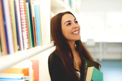 Glückliche junge Frau, die von ihren Studien träumt lizenzfreies stockfoto
