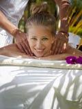 Glückliche junge Frau, die während der Massage im Badekurort lächelt Lizenzfreie Stockfotografie