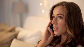 Glückliche junge Frau, die zu Hause um Smartphone ersucht stock video footage