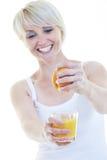 Glückliche junge Frau essen den Apfel, der auf Weiß getrennt wird Lizenzfreie Stockbilder
