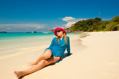 Glückliche junge Frau gegen Meer Lizenzfreie Stockfotografie