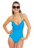 Glückliche junge Frau im Badeanzug und in den Brillen Lizenzfreies Stockfoto