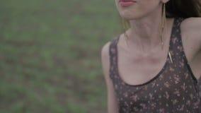 Glückliche junge Frau im dunklen Kleid mit Blumendruck stock video