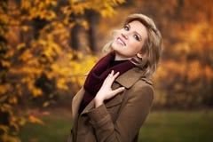 Glückliche junge Frau im Herbstwald Stockfotos