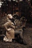 Glückliche junge Frau im Herbstwald Lizenzfreies Stockfoto