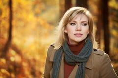 Glückliche junge Frau im Herbstwald Lizenzfreie Stockbilder