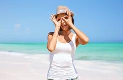Glückliche junge Frau im Hut auf Sommerstrand Lizenzfreies Stockfoto