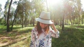 Glückliche junge Frau im Hut lächelnd und in Sommer tanzend stock video
