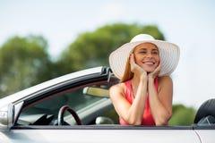 Glückliche junge Frau im konvertierbaren Auto Stockbilder