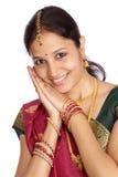 Glückliche junge Frau im Saree Stockfoto