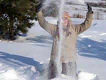 Glückliche junge Frau im Schnee Lizenzfreies Stockbild
