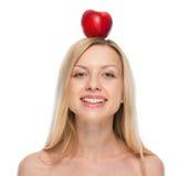 Glückliche junge Frau mit Apfel auf Kopf Lizenzfreies Stockfoto