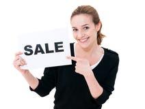 Glückliche junge Frau mit Brettverkauf stockfotografie