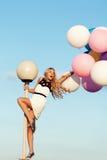 Glückliche junge Frau mit bunten Latexballonen Lizenzfreies Stockbild