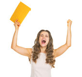 Glückliche junge Frau mit dem Buchstabefreuen Stockfoto