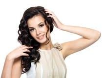 Glückliche junge Frau mit dem langen Haar der Schönheit. Stockfotografie